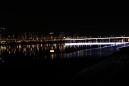 從大稻埕碼頭看去新北市,不像香港那般光茫,正好讓眼睛休息一下,靜心吹河風