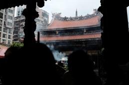 水洩不通的龍山寺,很難找到位置可以好好地拍攝