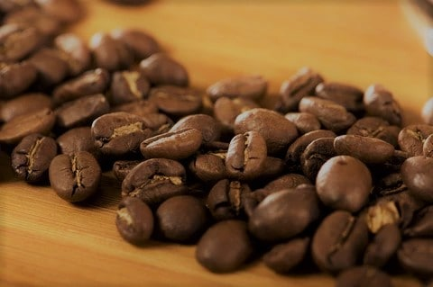 comment choisir un café de qualité ? Choisissez un café torréfié artisanalement avec une belle robe brune