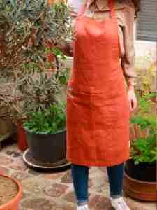Tablier lin lavé rouge terre, brun, cuite avec une grande poche. Tablier de cuisine et jardinage en ville. L'échoppe végétale