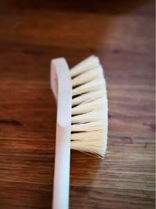 brosse vaisselle vegan pour une cuisine minimaliste et zéro déchet. Elle possède un manche en bois de bouleau et des fibres végétales de tampico