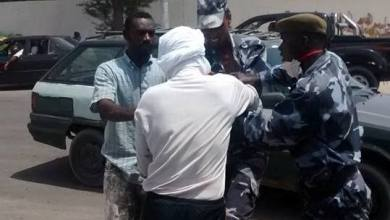 صورة عناصر من أمن الطرق يعتدون عــلى سائق بالضرب والشتم (فيديو)