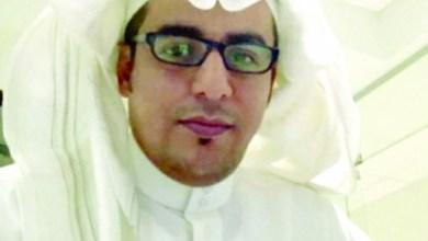 صورة صحفي سعودي يقتل زوجته طعنا بسكين في الشــارع العام