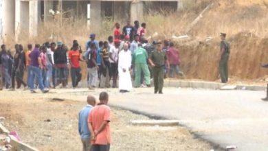 صورة جرحى في مواجهات عنيفة بين مهاجرين غينيين وماليين  في الجزائر