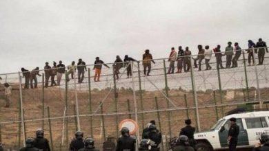 صورة عشرات المهاجرين الأفارقة يقتحمون حدود اسبانيا مع المغرب