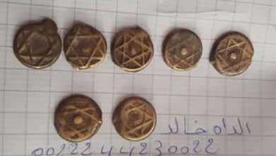 صورة منقب موريتاني يعثر على قطع نقدية يهودية قديمة في منطقة التنقيب بولاية تيرس الزمور