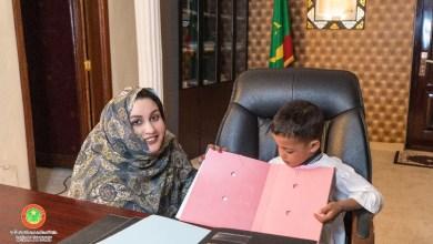 صورة أطفال يمارسون مهنة وزيرة الشؤون الإجتماعية بمناسبة اليوم العالمي للطفل