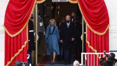 صورة جو بايدن يؤدي اليمين الدستورية رئيسا للولايات