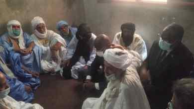 صورة وزير الداخلية يقدم التعزية لإسرة القتيل محمد سالم ولد ألما