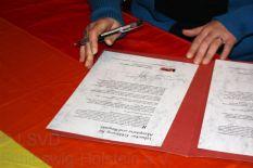 Dr. Reyhan Kuyumcu von der Türkischen Gemeinde Schleswig-Holstein unterzeichnet die Lübecker Erklärung