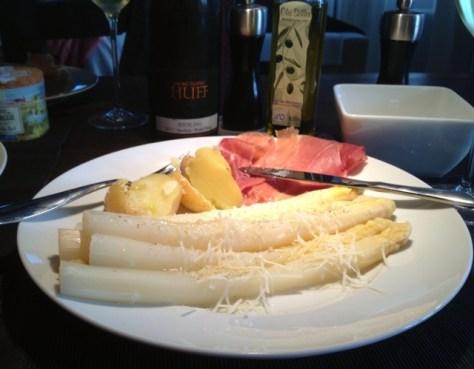 Spargel-Mediterran-mit-Parma-Schinken-Olivenoel-und-Parmesan