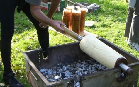 Siebenbürger-Baumstriezel-beim-Grillen