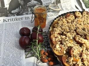 Pflaumenkuchen mit Orangen-Rosmarin-Mandel-Crumble