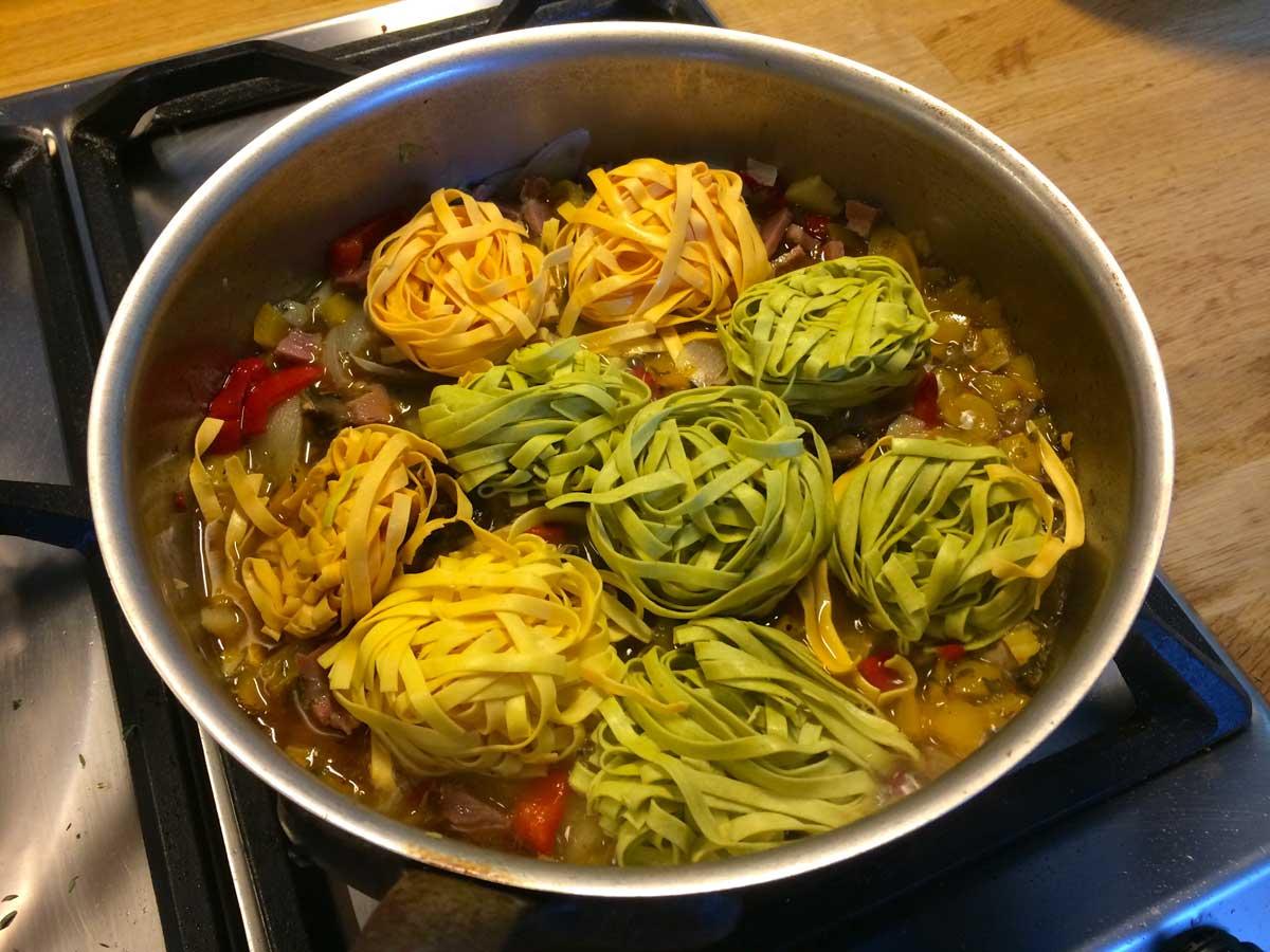 verse pasta koken in de saus basis
