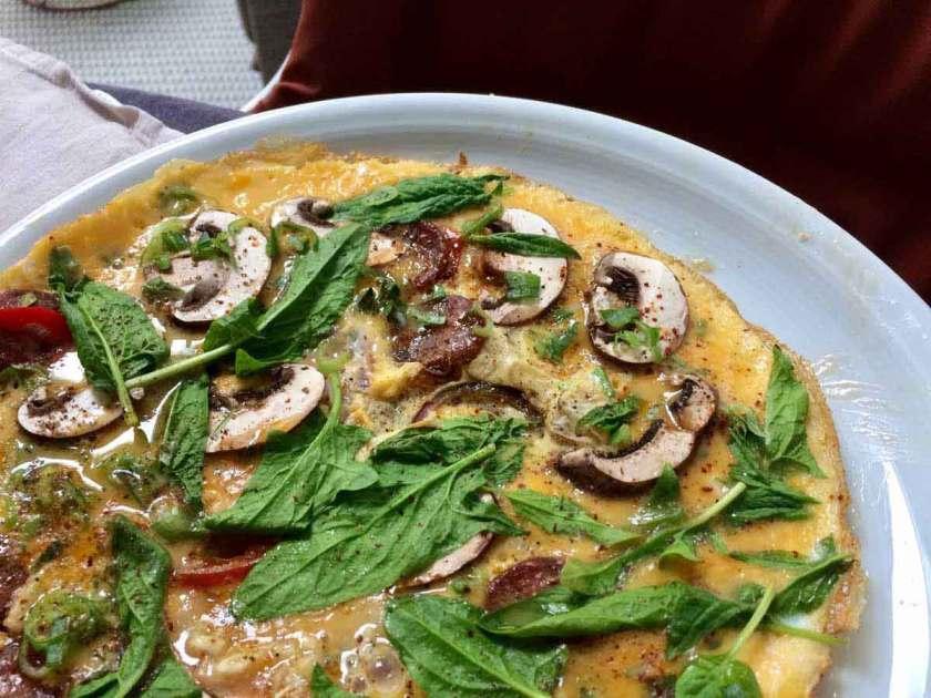 Mooie omelet met spinazie, chorizo en champignons