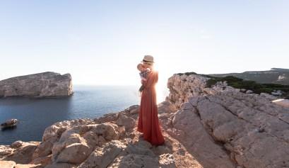 Julia und Niki vor dem Sonnenuntergang nahe der Grotte Nettuno, Alghero, Sardinien