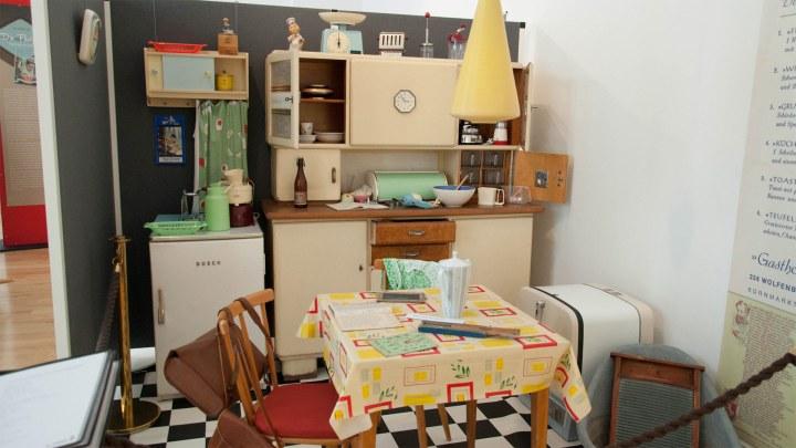 Technischer Fortschritt in der Küche: Rechts die Waschwanne und daneben eine alte Geschirrspülmaschine. © Stephanie Angel, Stadt Wolfenbüttel