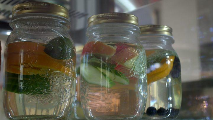 Erfrischendes Fruchtwasser im Eiscafé Roma / © Elisabeth Fischer, Stadt Wolfenbüttel