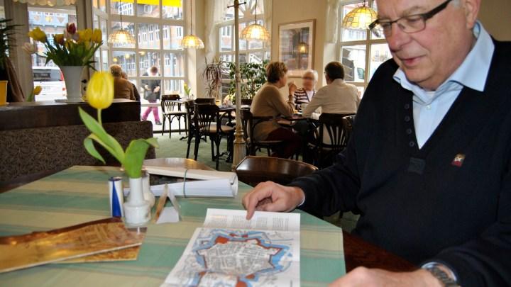 Dieter zeigt auf alten Karten den Verlauf der Wallanlagen
