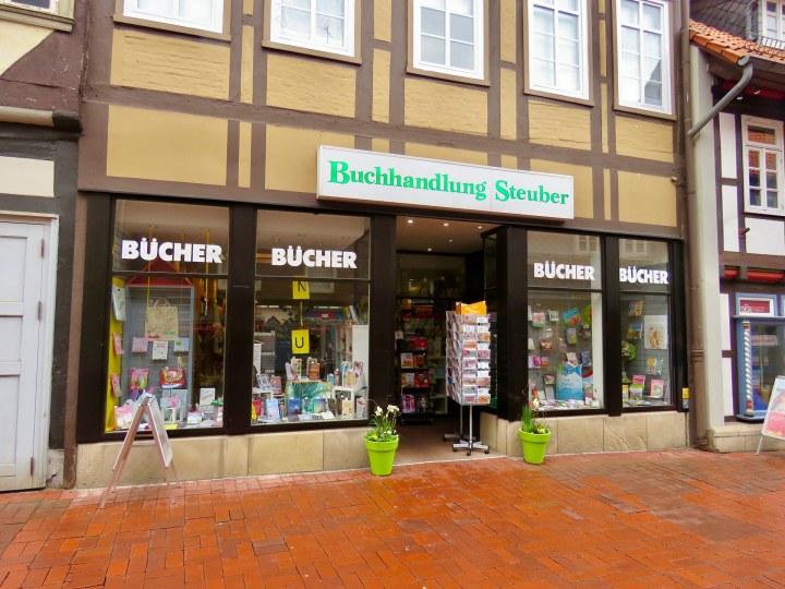 Die Außenansicht der Buchhandlung Steuber mit ihren ansprechend gestalteten Schaufenstern.