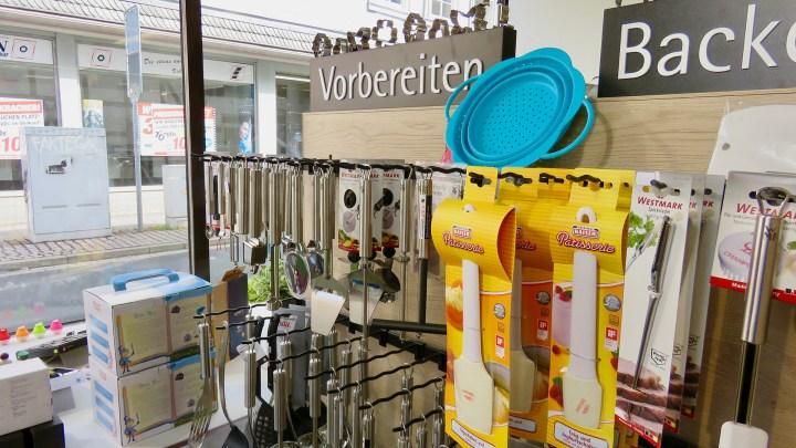Es gibt eine große Auswahl an Backutensilien im Verkaufsraum.
