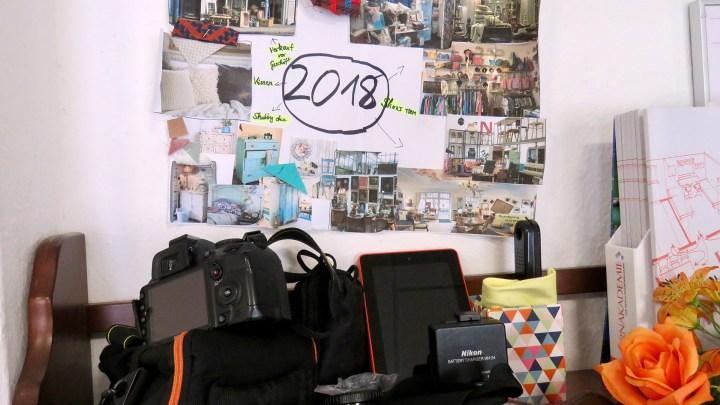 An der Bürowand hängt eine Collage mit Ideen für die Zukunft,