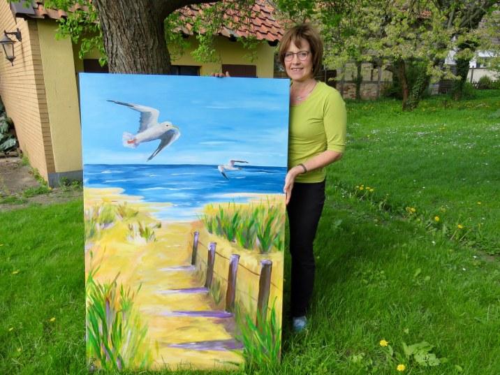 Susanne Röder mit einem ihrer Bilder vom Meer.