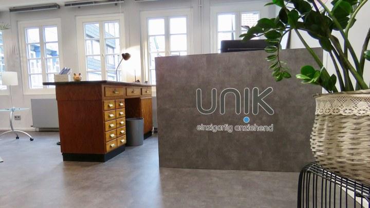 Alte und moderne Möbel sind bei UNIK bei der Raumgestaltung vereint.