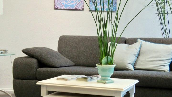 Ein gemütliches Sofa lädt zum Ausruhen beim Einkaufsbummel ein.