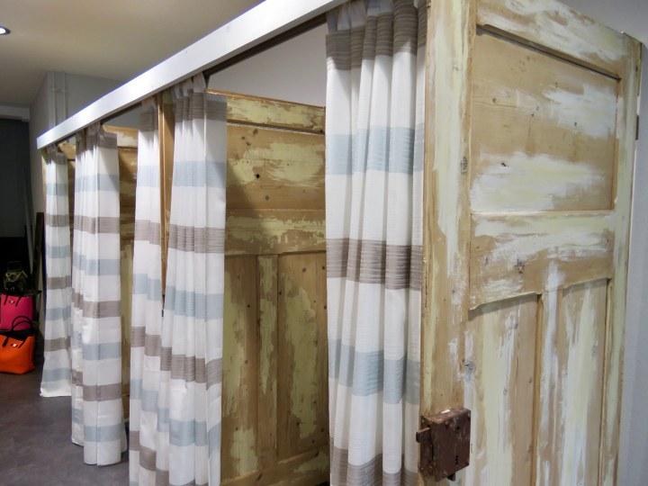 Die offenen Umkleidekabinen aus alten Holztüren sind echte Hingucker.