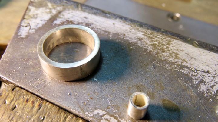 Aus dem Rohmaterial fertigt der Goldschmied tolle Einzelstücke.