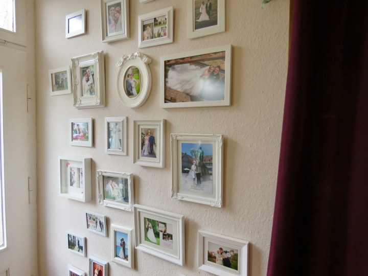 Die Bildergalerie am Eingang zeigt glückliche Bräute an ihren Hochzeitstagen.