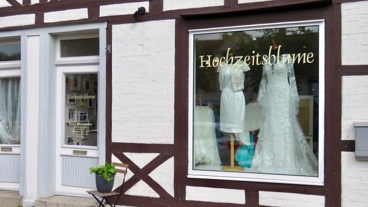 Das Schaufenster der Hochzeitsblume lädt zum gucken und schwärmen ein.