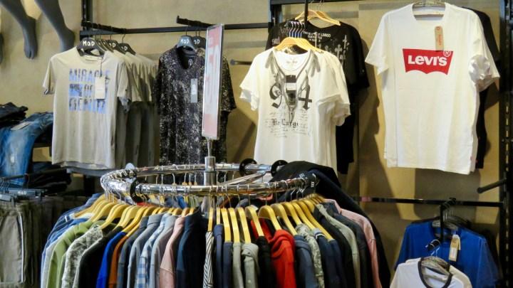 Im »Hosen und Jeans Haus« gibt es auch eine große Auswahl an schicken Oberteilen.