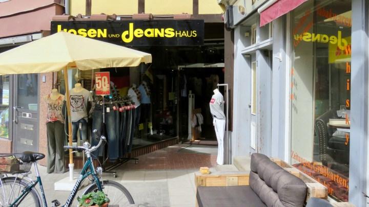 Hinter der kleinen Fassade versteckt sich eine große Auswahl an Hosen.