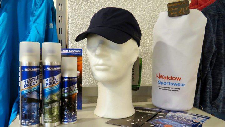 In dem Sportgeschäft Waldow gibt es Schutz aus der Sprühflasche gegen Regen.