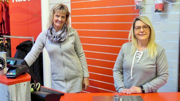 Gabi Krause und Liane Gallagher von Waldow Sportswear beraten gern.