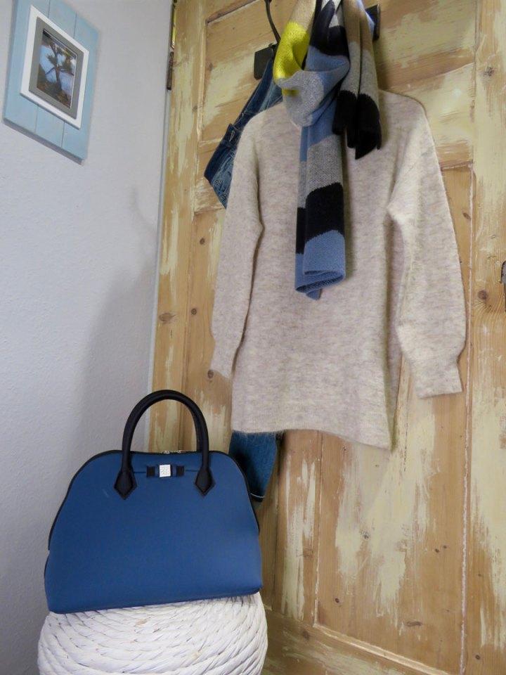 Eine blaue Handtasche von UNIK.