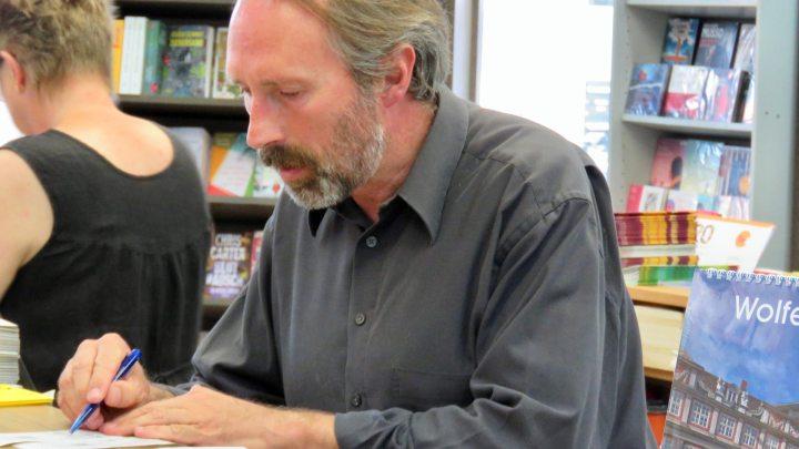 Martin Geißler arbeitet hinter dem Tresen seiner Buchhandlung.