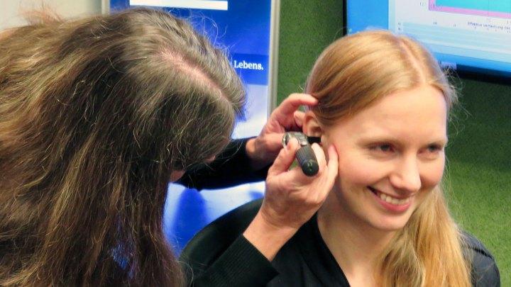 Der Blick ins Ohr erinnert an eine Endoskopie.