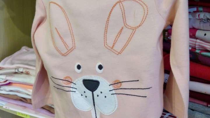 Ein T-Shirt mit dem Gesicht eines Hasen für begeisterte Hasen-Freunde.