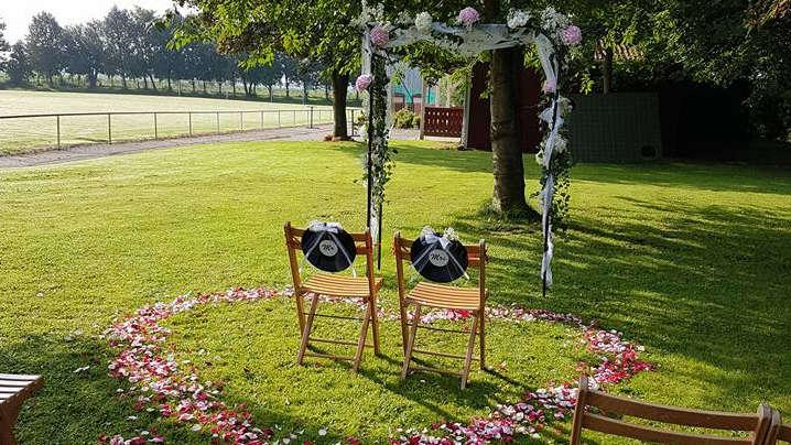 Blumendekoration für die freie Trauung.