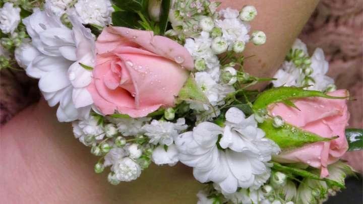 Zu einem Armreif geflochtene Blumen sind etwas Besonderes.