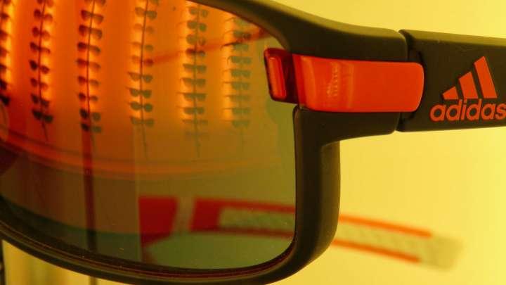 Damit die Augen nicht beim Fahrradfahren austrocknen, gibt es die passende Sportbrille.