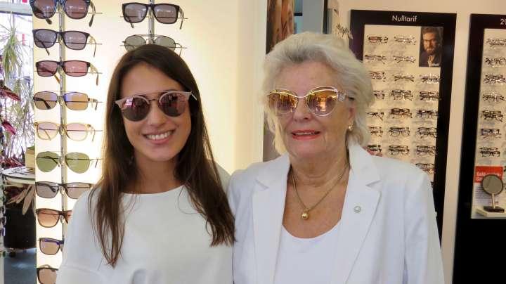 Die Mitarbeiterin Frau Pankoke überzeugt gleich auch eine Kundin von Pro Optik, mir die neuesten Brillentrends zu zeigen.