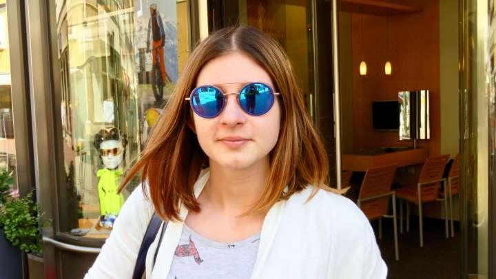 Die Auszubildende Julie von Behrens Optik zeigt mir ihr eigenes Sonnenbrillenmodell.
