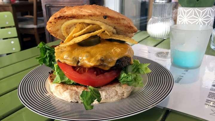 Für Burger-Freunde gibt es bei »Tires Grill & Feinkost« das richtige Angebot.