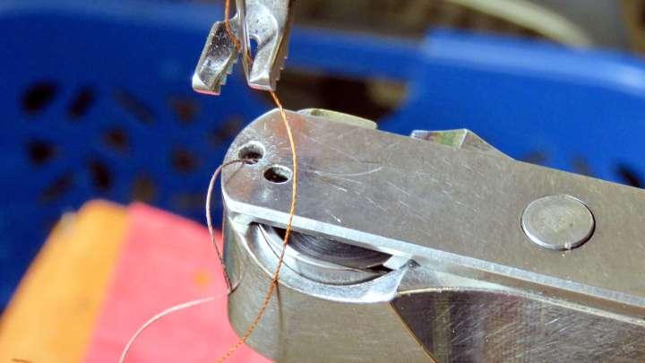 Für die Arbeit am Schuhwerk wird ein ruhiges Händchen gebraucht.