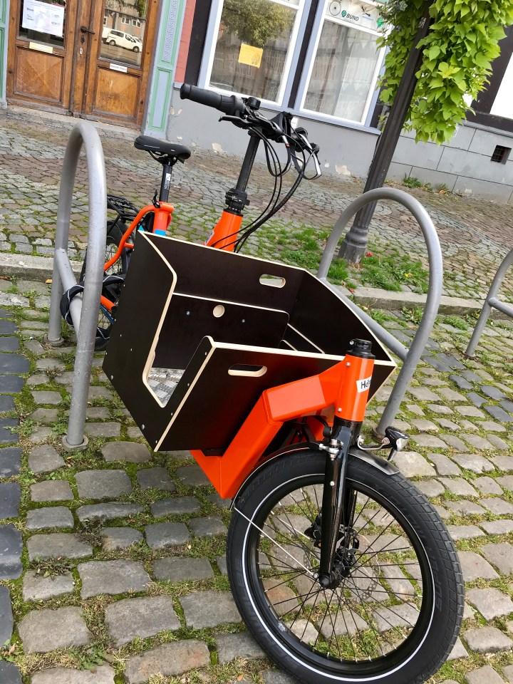 Lastenrad neben Fahrradbügel