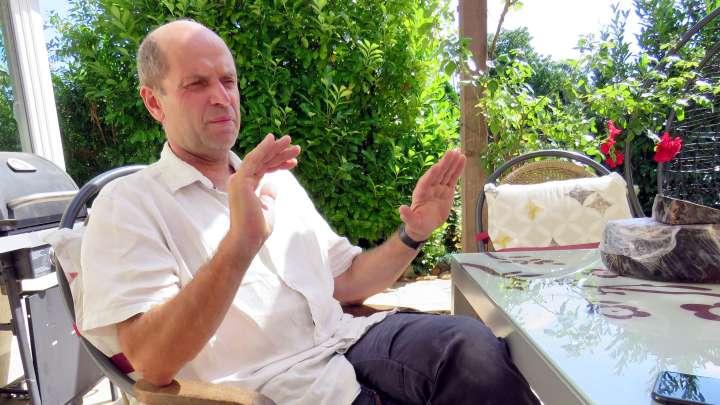 Peter van de Voort erzählt mir auf der Terrasse seines Hauses seine spannende Lebensgeschichte.